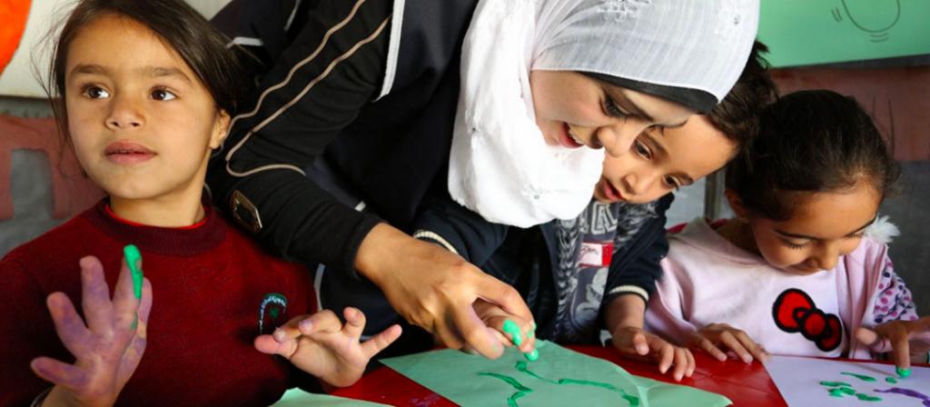 أطفال لاجئون سوريون يتعلمون الرسم.
